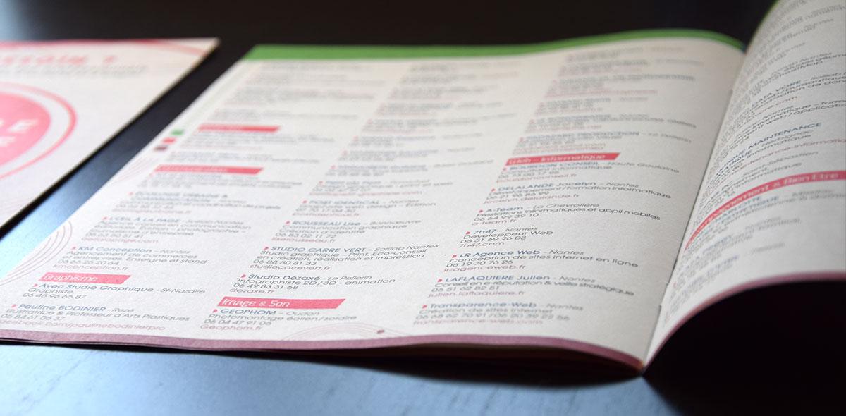 Gros plan photo sur la mise en page intérieure de l'annuaire collectif d'entrepreneurs.
