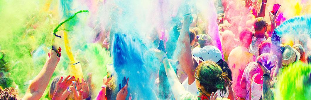 Célébration multi-colore par la foule
